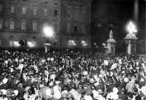 Outbreak of war in 1914: Crowds celebrate outside Buckingham Palace